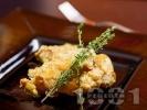 Рецепта Задушено заешко месо в сос от горчица, лук, сметана, мащерка и бяло вино